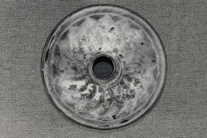 Die Innenseite der Backform vollständig mit Mehl ausstäuben.