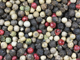Mischung aus schwarzem, weißem und grünem Pfeffer sowie rosa Beeren.