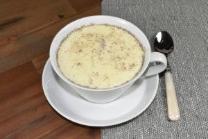 Goldene Milch (mit Kardamom), eine Spezialität aus Indien.
