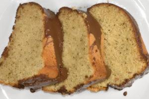 Rührkuchen mit grünem Tee und einem Überzug aus Vollmilch-Schokolade.