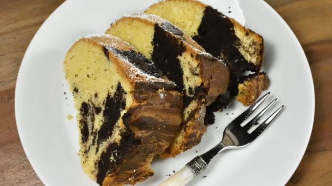 Klassischer Marmorkuchen mit Staubzucker: Unglaublich schokoladig und natürlich vegetarisch.