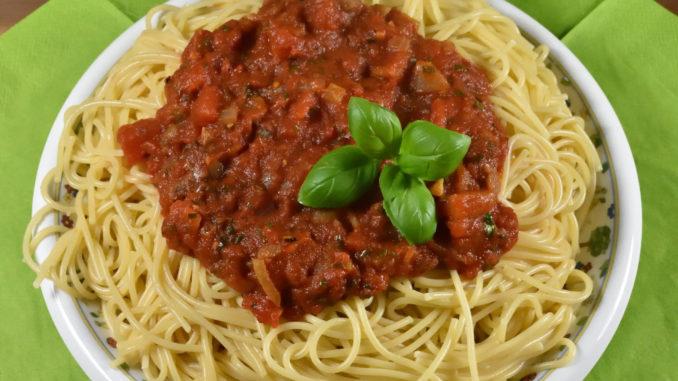 Ein großer Teller mit frisch gekochten Spaghetti und fruchtig-scharfer Tomatensauce - na, auch hungrig ?
