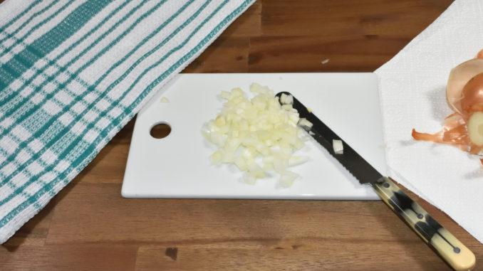 Fertig sind die fein gewürfelten Zwiebelstücke.