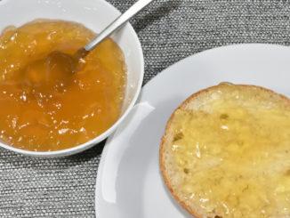 Zum Frühstück oder einfach so: Ein Brötchen mit Gelee aus grünem Tee !