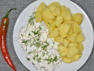Kartoffeln mit frischem Kräuterquark - ein pikanter deutscher Küchenklassiker.