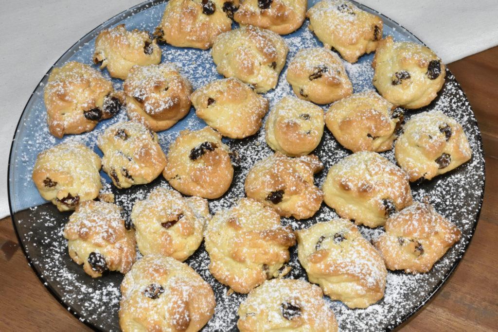 Die gebackenen Keks-Felsbrocken sehen einfach zum Anbeißen aus - und es hat Staubzucker geschneit !