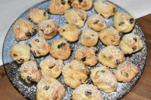 Die gebackenen Keks-Felsbrocken sehen einfach zum Anbeißen aus - und es hat Staubzucker geschneit!