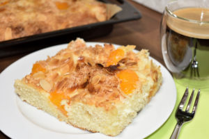 Absolut gelungen... mein Kokos-Mandel-Blechkuchen hat einen besonders luftig-lockeren Teig. Zum Anbeißen.