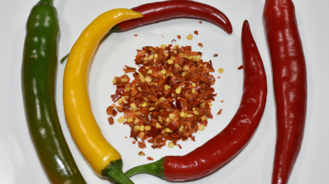 Frische Peperoni und getrocknete Chiliflocken.