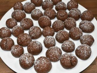 Konfekt mit süßer Überraschung: Schokoteig gefüllt mit feinem Marzipan.