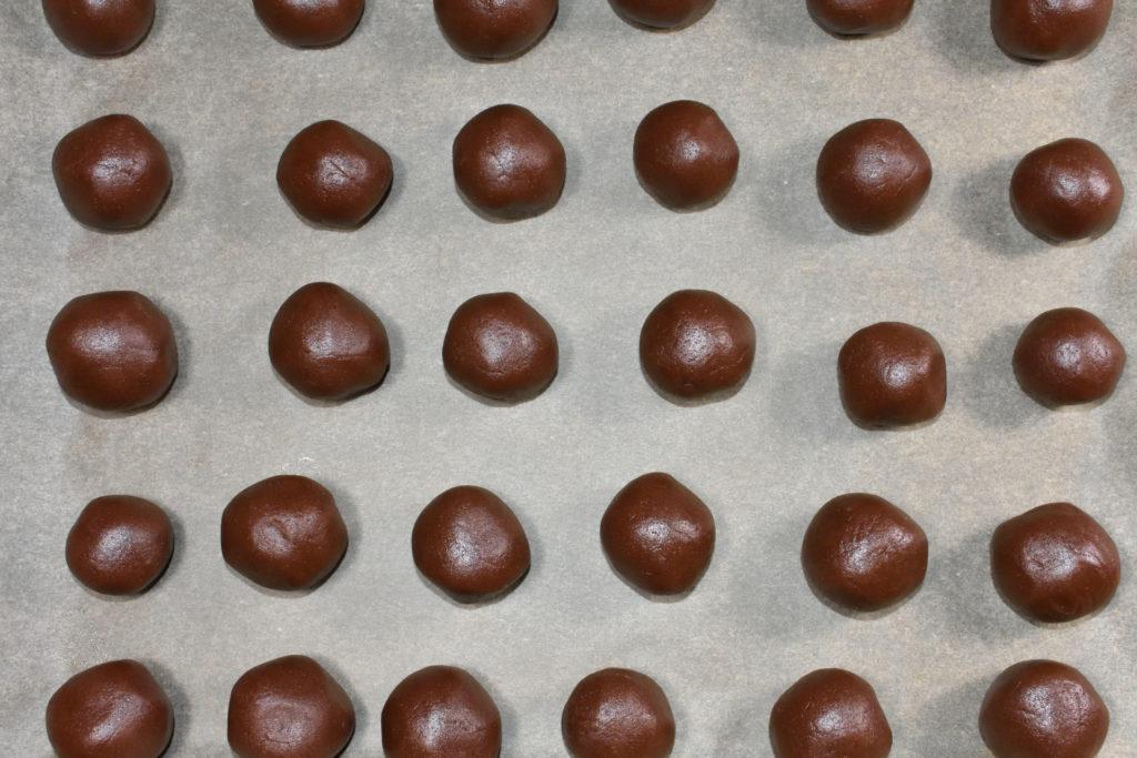 Schoko-Marzipan-Keksbomben vor dem Backen | Die vorbereiteten Teigkugeln warten darauf, in den Backofen geschoben zu werden.