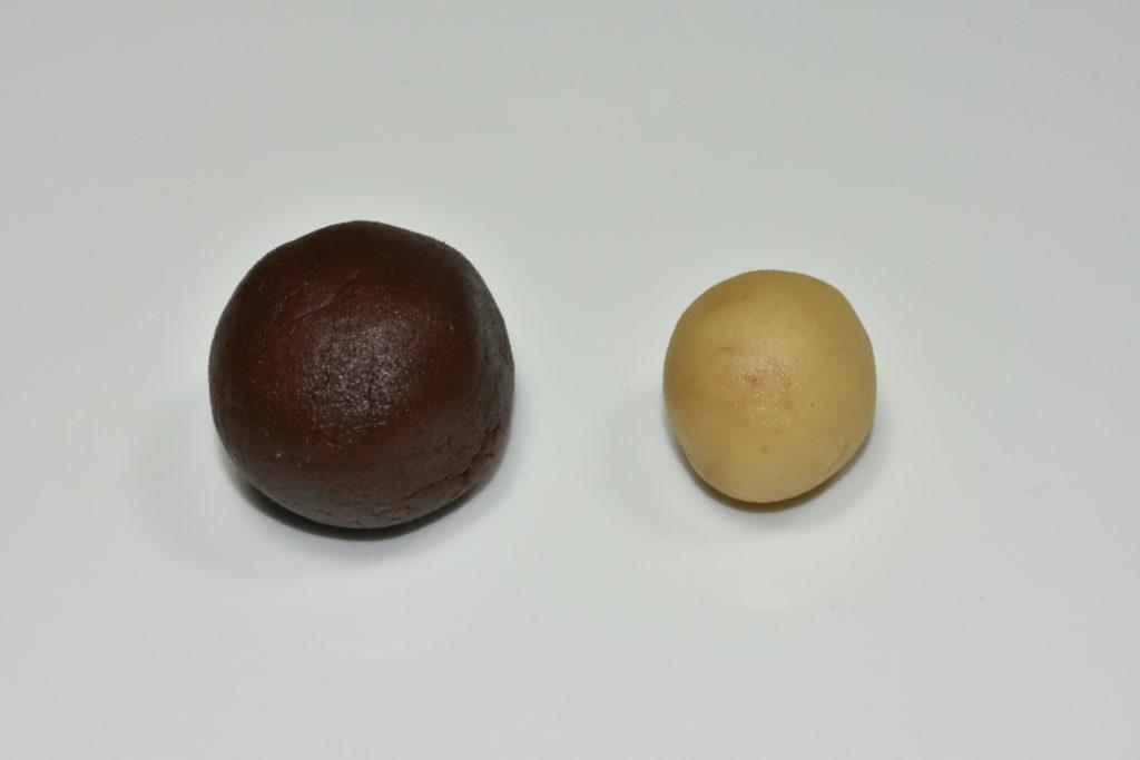 Teigkugel mit Marzipanfüllung - Schritt für Schritt erklärt | 1. Forme zwei separate Kugeln: Eine größere Teigkugel und - für die Füllung - eine etwas kleinere Kugel aus der Marzipan-Rohmasse.