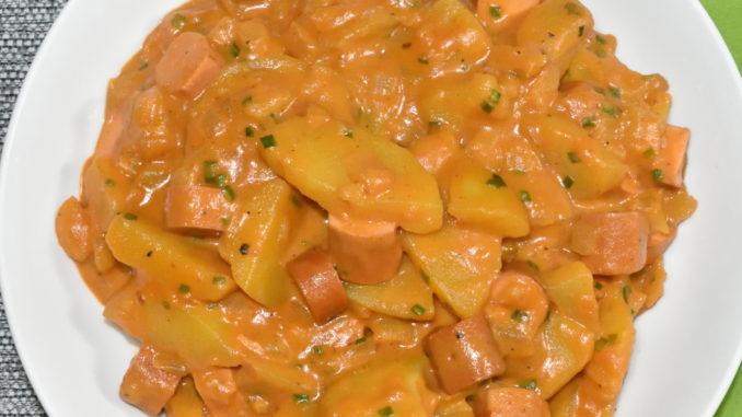 Vegetarischer Wursttopf mit Kartoffeln, Zwiebeln und vegetarischen Würstchen.