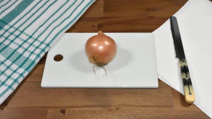 Los geht's: Mit dieser Schritt-für-Schritt-Anleitung schneidest Du die perfekten Zwiebelwürfel.