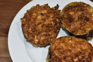 Ein schneller Snack: Mit fein gebröselten Kartoffelchips panierte Auberginen.