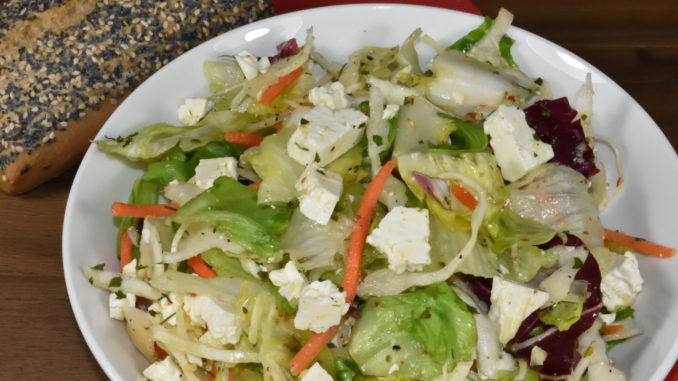Passt auch gut zum Croque Monsieur - ein kleiner gemischter Salat mit Feta (oder Emmentaler, falls Du beim selben Käse bleiben möchtest). Das Besondere ist mein selbstgemachtes Dressing.