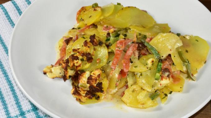 Kartoffelauflauf mit Gemüse und Feta-Käse überbacken - aufgrund seines niedrigen absoluten Fettgehalts von ca. 23 % schmilzt Feta nicht, sondern wird knusprig braun.