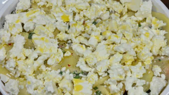 Der Kartoffelauflauf wird mit etwas Rapsöl beträufelt und kann dann gleich in den Backofen.