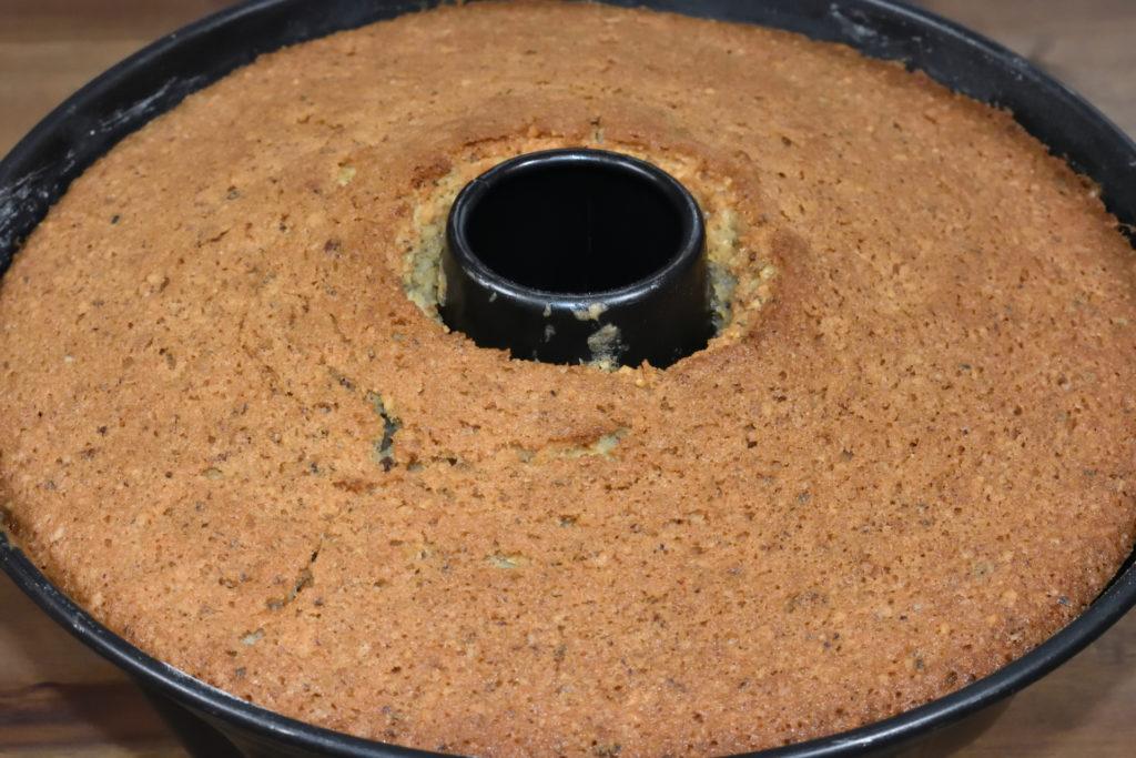 Ist der Teig so schön gleichmäßig gebräunt, kann der Kuchen aus dem Ofen.