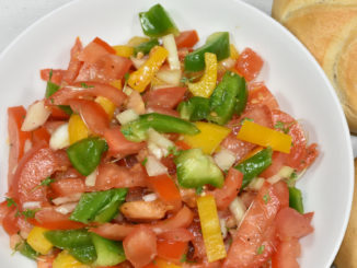 Gemüse, angemacht - das anmacht: Tomatensalat mit Paprika und Zitronen-Dressing.