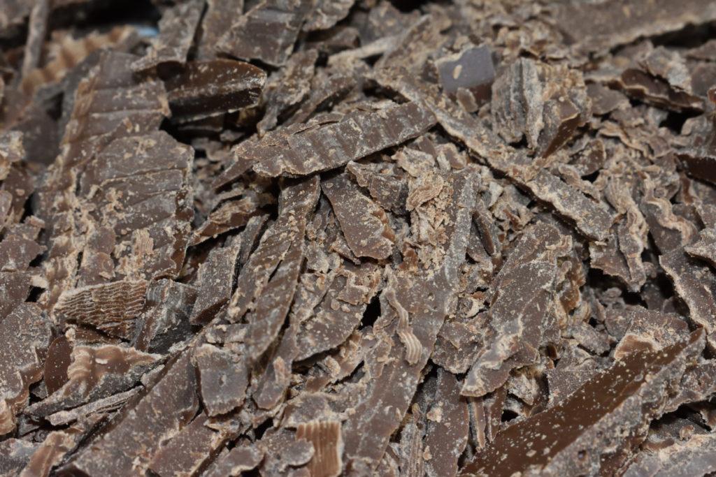 Die gehackte Vollmilch-Kuvertüre ist geschmacklich der Hauptbestandteil dieser Makronen.