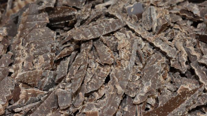 Schokolade... mmmh | Gehackte Vollmilch-Kuvertüre bildet den geschmacklichen Hauptbestandteil dieser Makronen. Gerade richtig für Schokoholiker! :-)