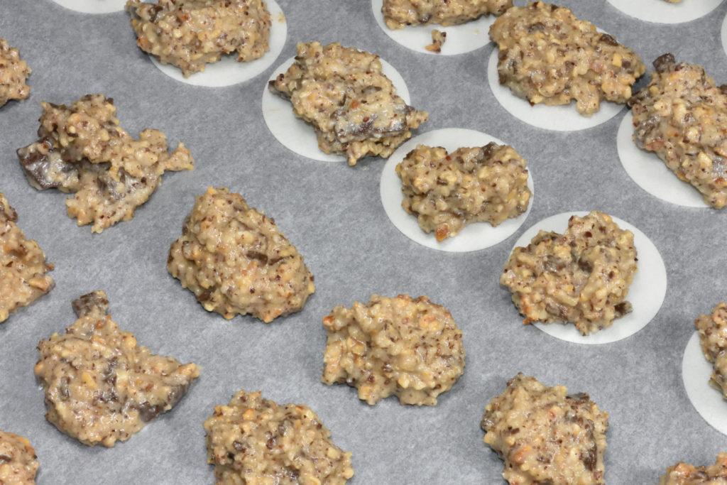 Achte auf den richtigen Abstand zwischen den einzelnen Makronen - die gehen im Ofen gut auf.