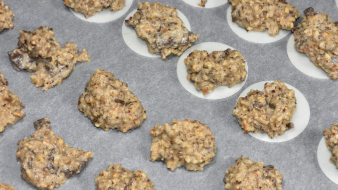 Haselnuss-Schoko-Makronen - bereit zum Backen | Achte auf den richtigen Abstand zwischen den einzelnen Makronen - die machen sich im Ofen nämlich ziemlich breit und gehen gut auf.