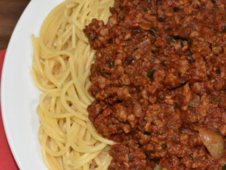 Ein leckeres Essen für Groß und Klein: Spaghetti mit Tomaten-Sojahack-Sauce.