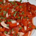 Tomatenpaprika-Salat - gesunder Quickie für Kalorienbewusste! (Und schmecken tut er natürlich auch...)