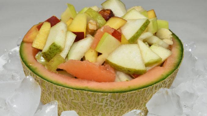 Perfekt für jede Party: Mein sommerlich-leichter Obstsalat mit (und in) Cantaloupe-Melone auf Eis.