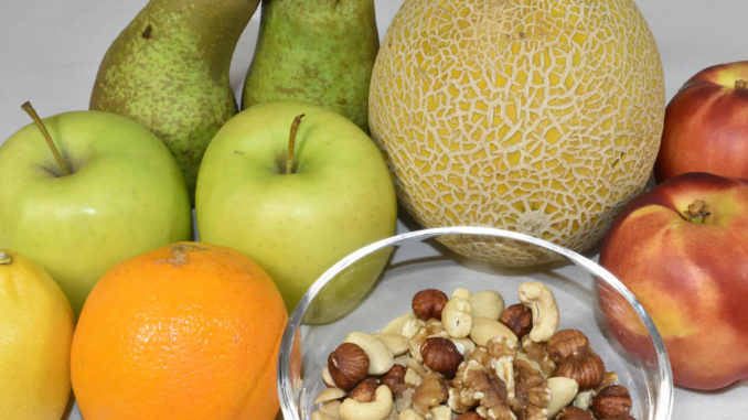 Obstsalat mit Cantaloupe-Melone: Zutaten | Alle Zutaten auf einen Blick. Die Cantaloupe-Melone erkennst Du an ihrer netzartigen Struktur.