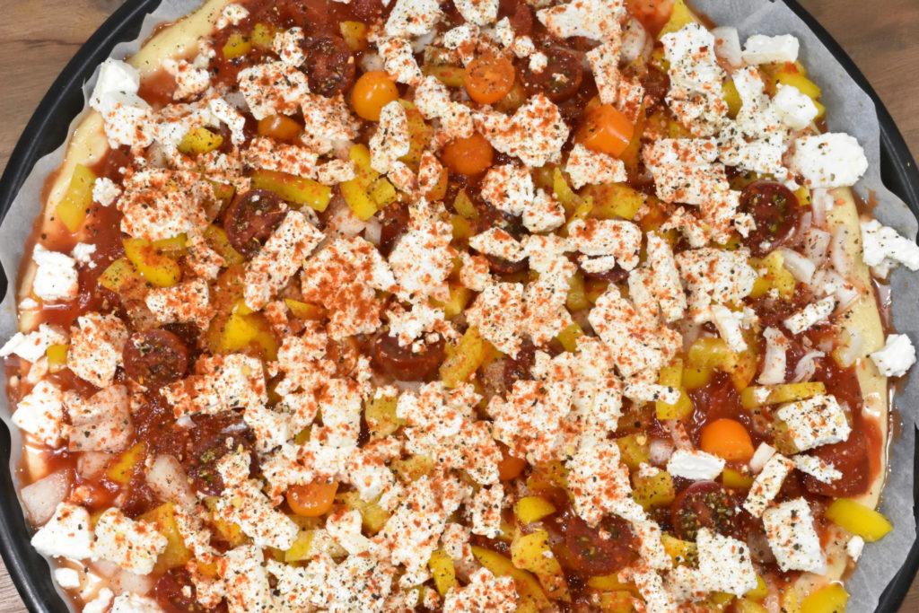 Die fertig belegte Pizza freut sich schon auf den Ofen (und Veggie Tobi aufs Essen ;-).