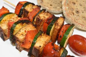 Perfekt für Grill und Pfanne - leckere Tofugrillspieße mit frischem Gemüse.