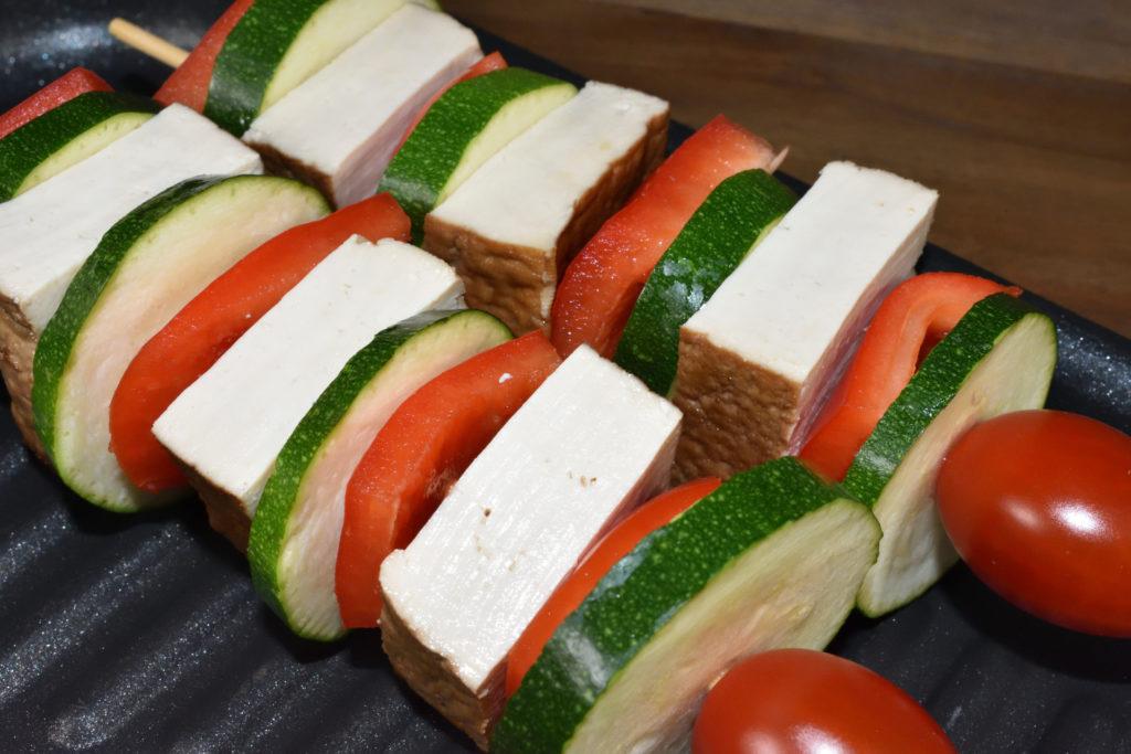 Tofu-Grillspieße mit Paprika und Zucchini - unmariniert | Die fertigen Grillspieße werden mit Marinade bestrichen und sollten vor dem Grillen etwas ruhen.