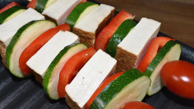 Tofu-Grillspieße mit Paprika und Zucchini - unmariniert
