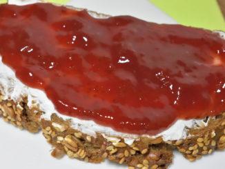 Mmmh, da möchte man doch am liebsten sofort reinbeißen - ein leckeres Brot mit Erdbeermarmelade. Oder ist es Konfitüre? Fruchtaufstrich? Vielleicht sogar Gelee? Hauptsache, es schmeckt! :-)