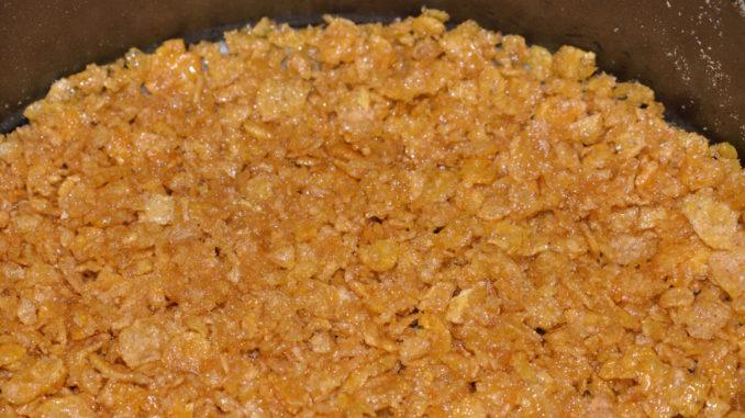 So einfach geht Kuchenboden: Aus Cornflakes und etwas Butter entsteht ein universeller Boden für alle Quark- und Obstkuchen (auch solche, die nicht gebacken werden müssen).