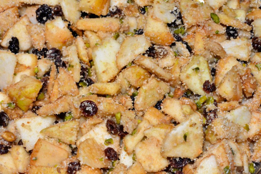 Zubereitung eines Apfelstudels - Schritt 2/6   Währenddessen die Äpfel schälen und klein schneiden, diese mit den übrigen Zutaten vermengen.