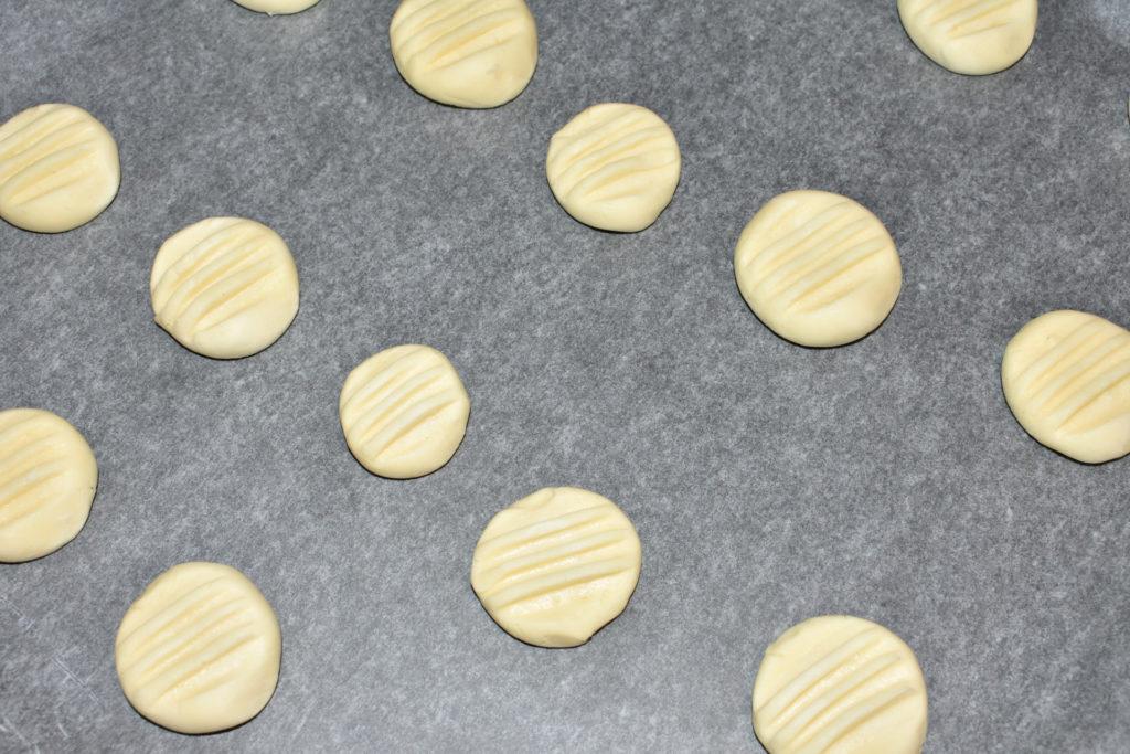Schneeflöckchen formen - Schritt für Schritt erklärt (4/4) | Jetzt geht's ab auf's Blech und in den Ofen.