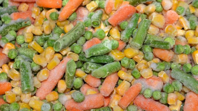 Die Basis für unseren leckeren Eintopf besteht aus tiefgekühlten Babykarotten, Brechbohnen, Erbsen und Mais.