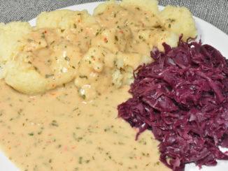 """""""Knödel mit Sauce"""" - ein echter Klassiker (nicht nur) der fränkischen Küche."""