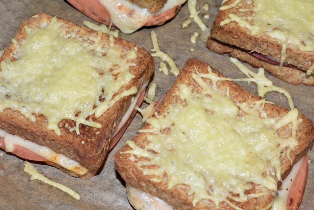 Croque Monsieur (klassisch) | Das mit Käse überbackene Sandwich ist ein absoluter Klassiker der französischen Küche und fester Bestandteil der Speisekarten vieler Bistros und Brasserien.