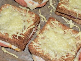 Mein klassisches Croque Monsieur mit Emmentaler-Käse und vegetarischem Aufschnitt.