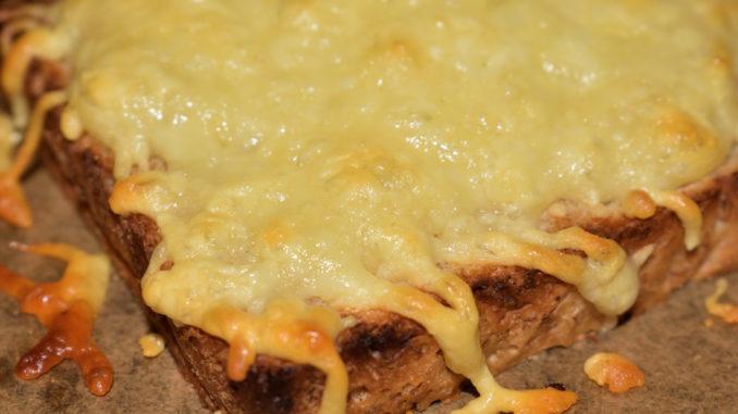 Selbst ein simples Toastbrot wird mit Käse überbacken zur schnell gemachten Delikatesse !