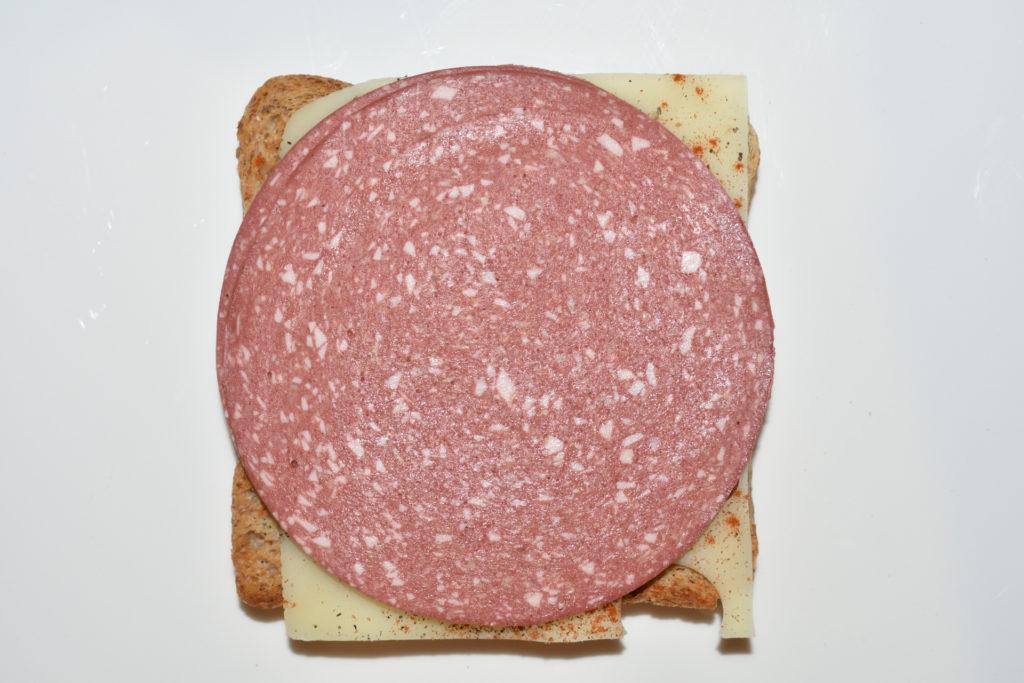 Croque Monsieur - Schicht für Schicht erklärt | Schritt 4: Jetzt folgen zwei Scheiben vegetarischer Aufschnitt. Hier eine pikante Variante...
