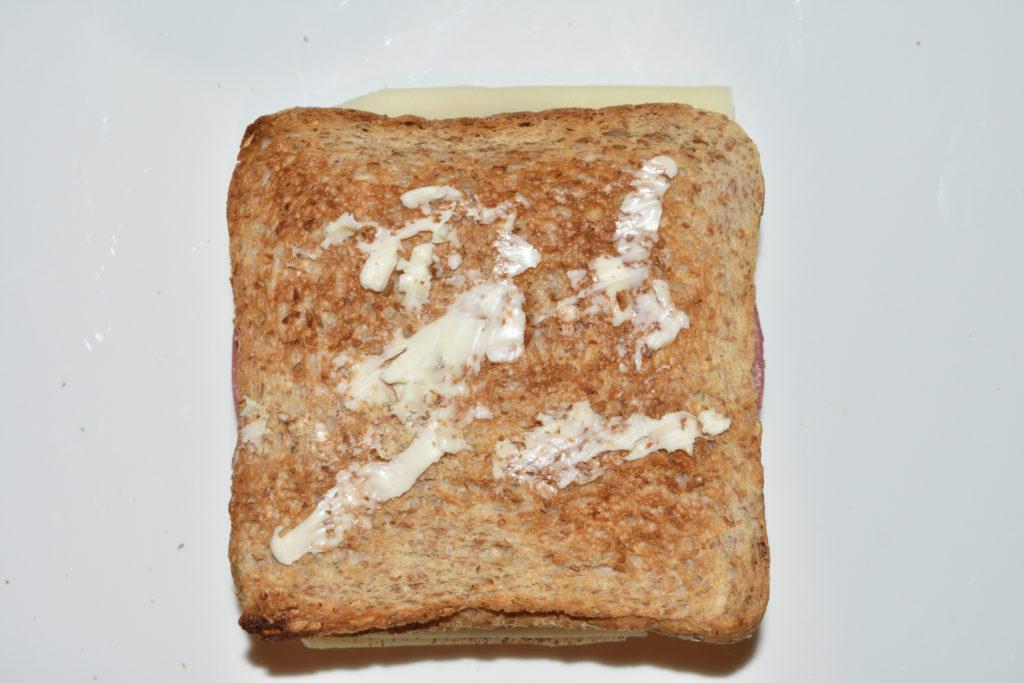 Croque Monsieur - Schicht für Schicht erklärt | Schritt 5: Bestreiche eine zweite Scheibe Toast mit Butter, dieses Mal aber bitte von beiden Seiten.