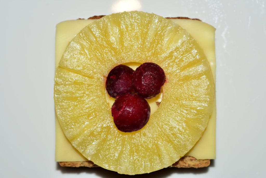 Toast Hawaii - Schritt für Schritt erklärt | Schritt 4: Mit einer Scheibe Ananas und Kirschen wird der Toast Hawaii perfektioniert.
