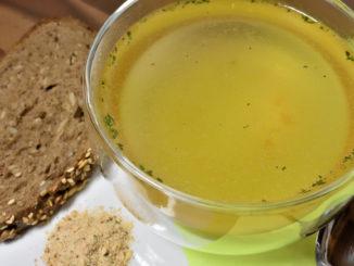 Ein schneller Snack für zwischendurch - und das ganz ohne Rezept: Heißes Wasser, Gemüsebrühe, umrühren - fertig! Aber lass' das bloß keinen biologisch-dynamischen Ernährungs-Guru hören... ;-)