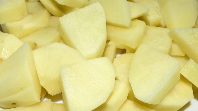 Müssen nicht schön sein, nur schön gleichmäßig: Achte darauf, dass die Kartoffelschnitze ungefähr dieselbe Dicke haben, damit alle auf den Punkt fertig gegart sind.